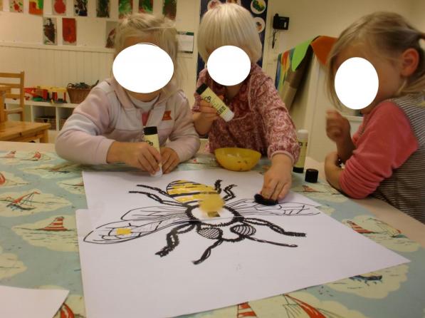 Barn lager et bilde av en bie.