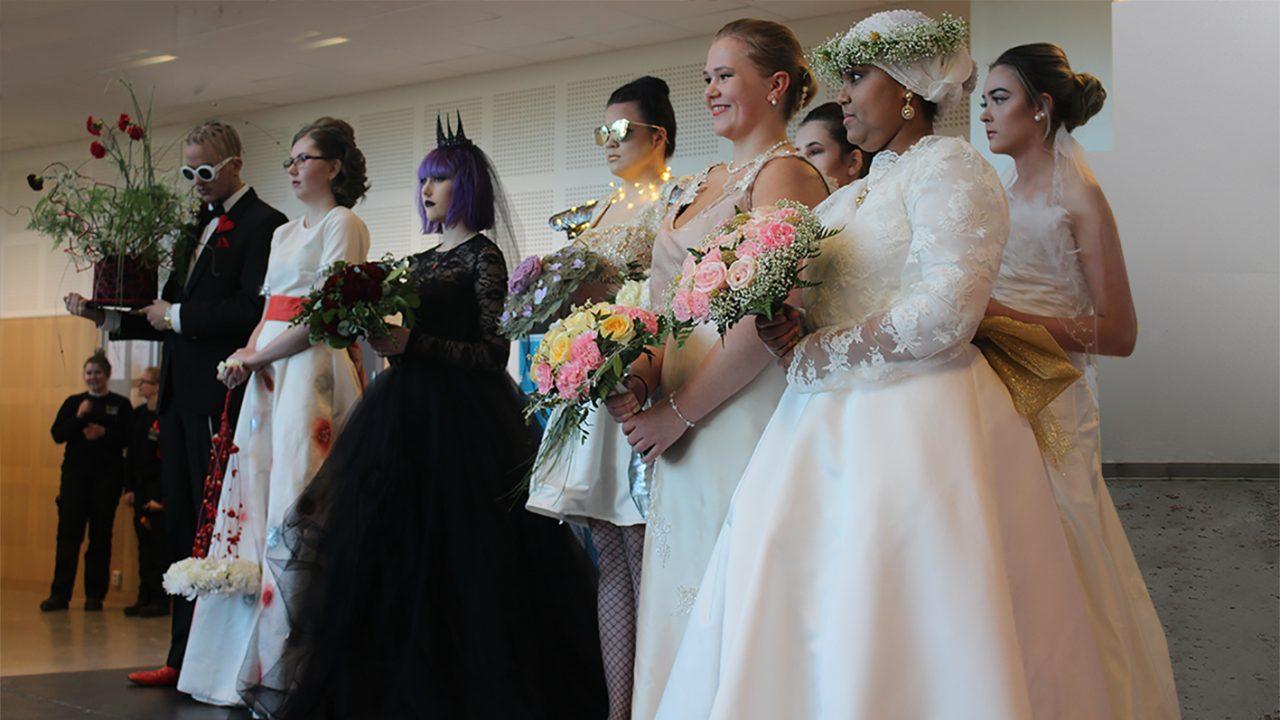 Elever poserer i sine bryllupskreasjoner på cat walken.