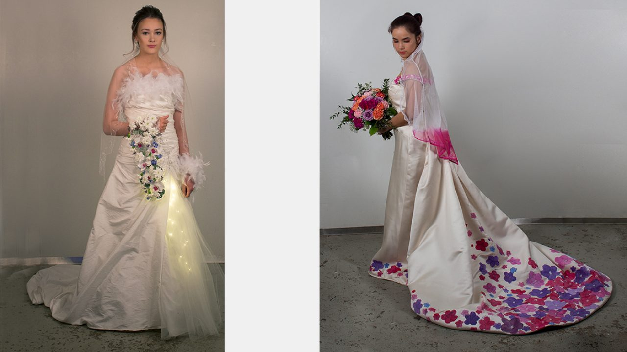To elever poserer i sine kjoler med tilhørende frisyreformer og brudebukett.
