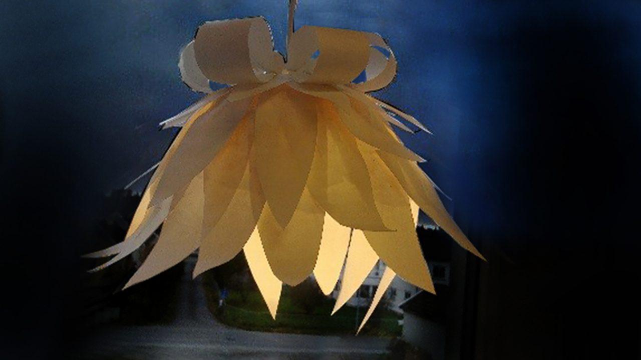 Organisk, blosterinspirert lysobjekt i papir.