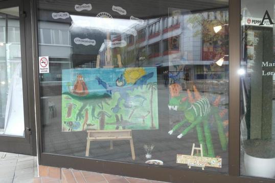 Utstillingsvindu med barnekunst.