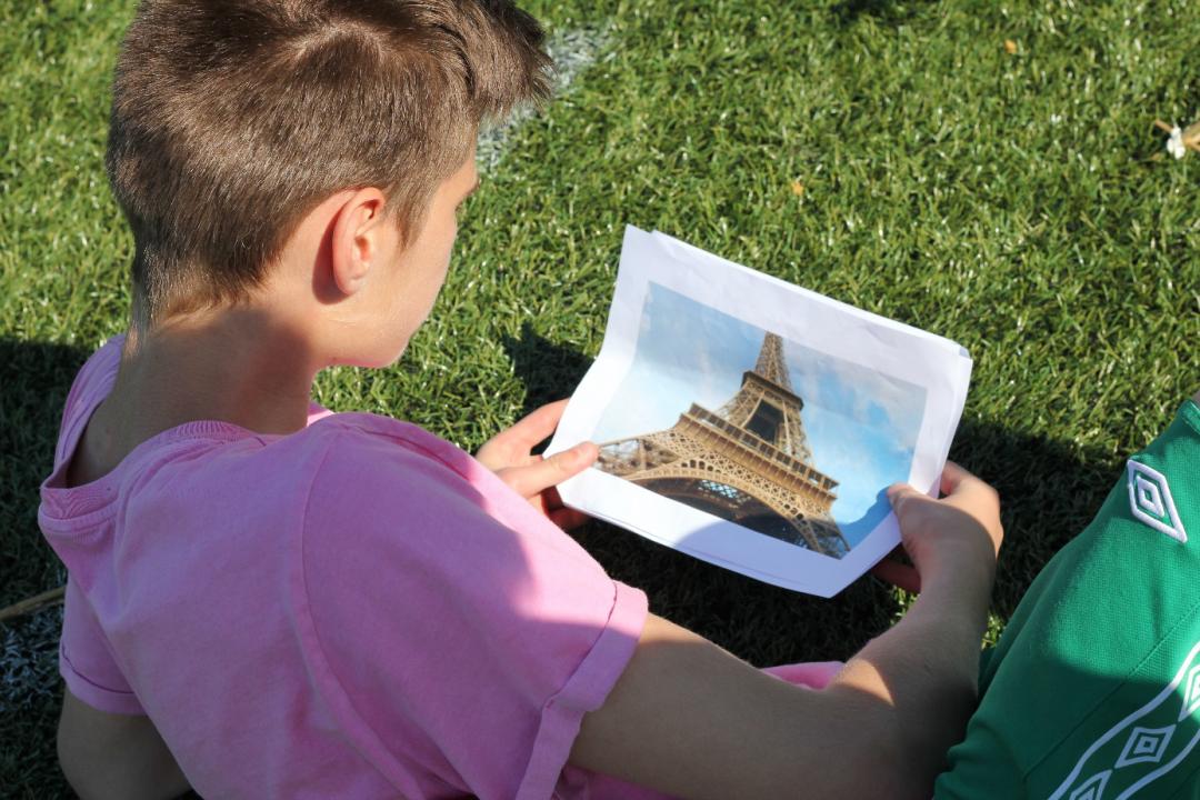 elev med bilde av Eiffeltårnet
