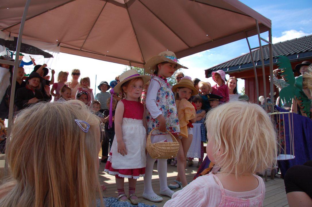 Barn på scenen framfører forestilling.