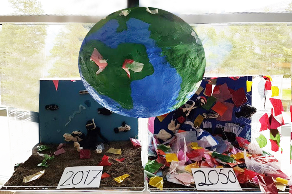 Installasjon med jordklode som svever over stipulert økende plastmengde fra 2017 til 2050.