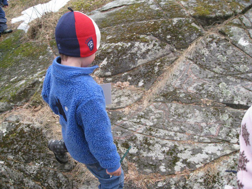 Barn studerer berg.
