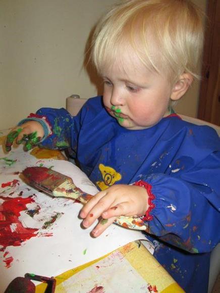 Gutt maler bilde.
