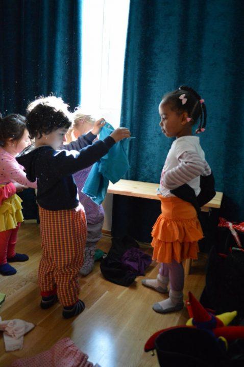 Barn finner fram utkledningsklær.