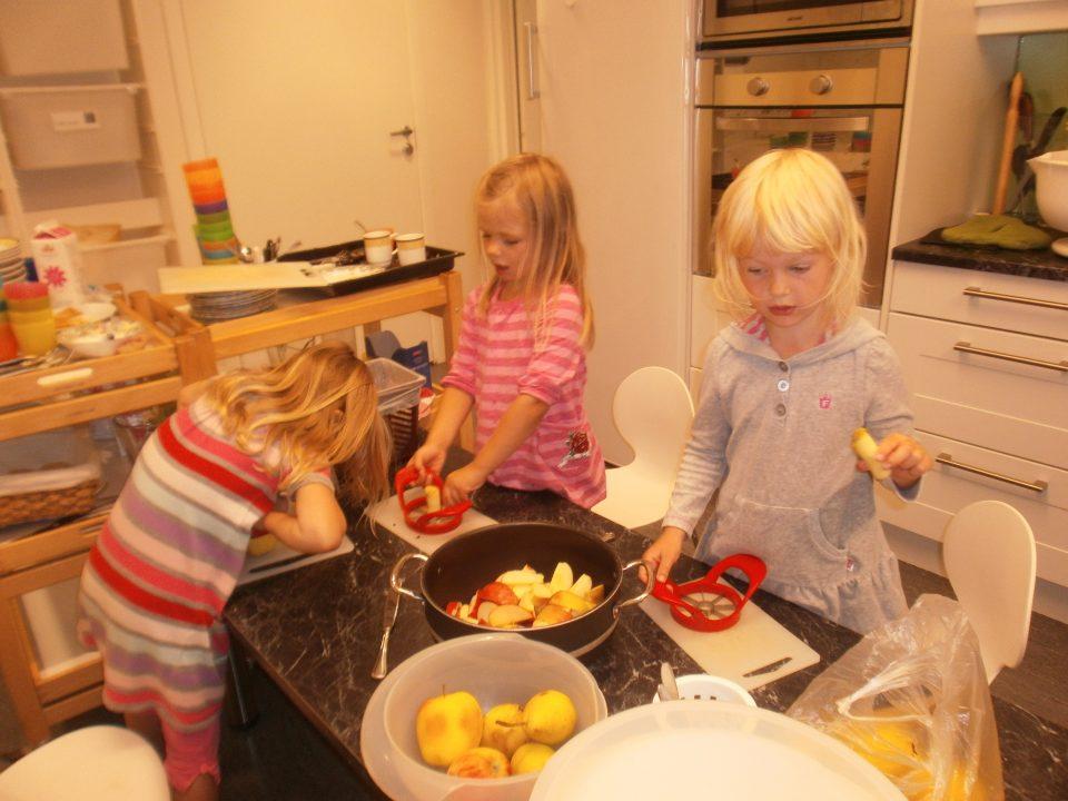 Barn kutter opp frukt.