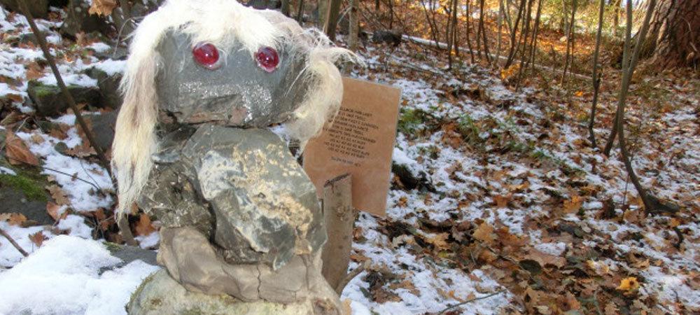 Troll laget av stein ute i skogen.