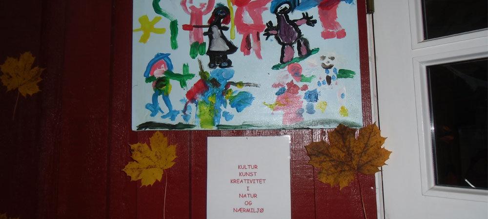 Barnekunst på en vegg.
