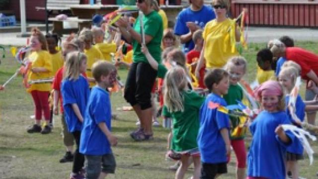 Barn i aktivitet og lek.