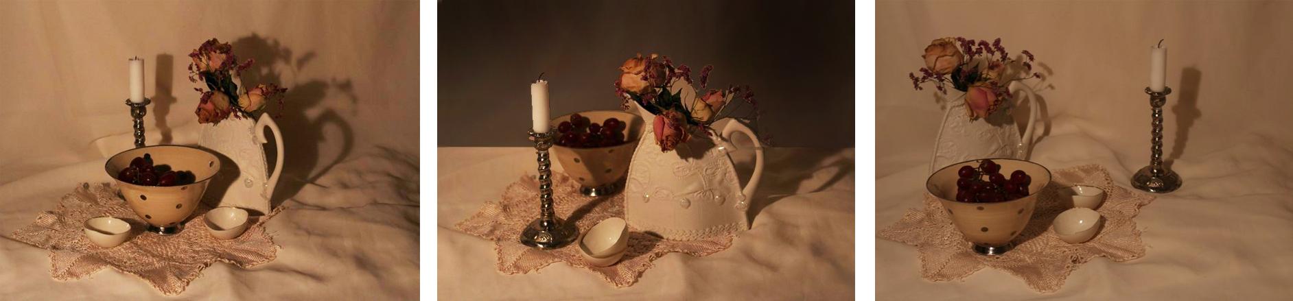 Tre ulike komposisjoner med utgangspunkt i samme gjenstander: Lysestake i messing med hvite lys, hvit porselenskål med lilla druer, to små hvite porselenskåler og hvit porselensmugge med visne roser
