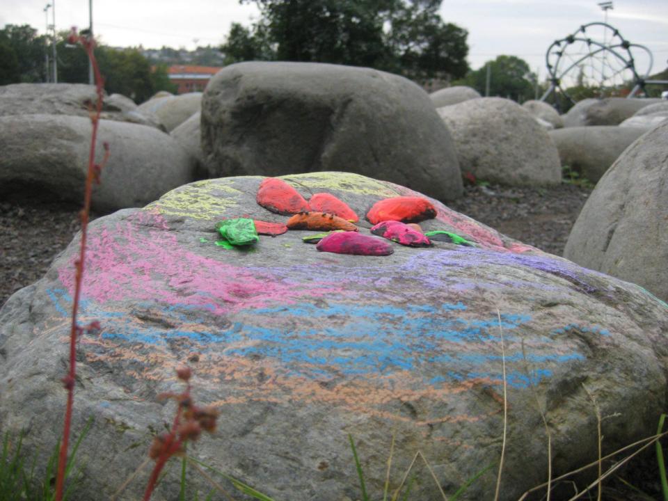 Fargelagt stein.