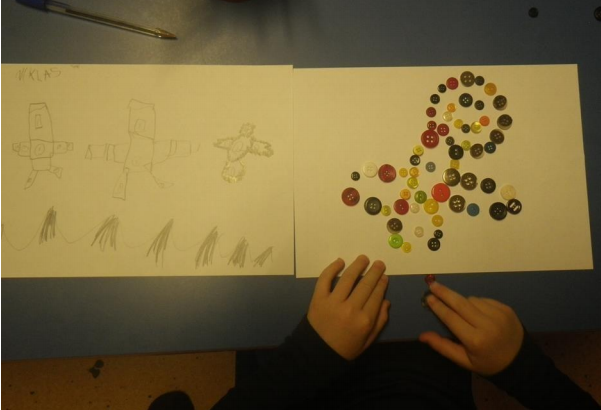 Barnetegning, dinousaur laget av knapper.