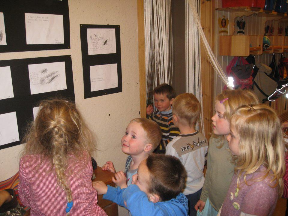 Utstilling av barnas bilder.