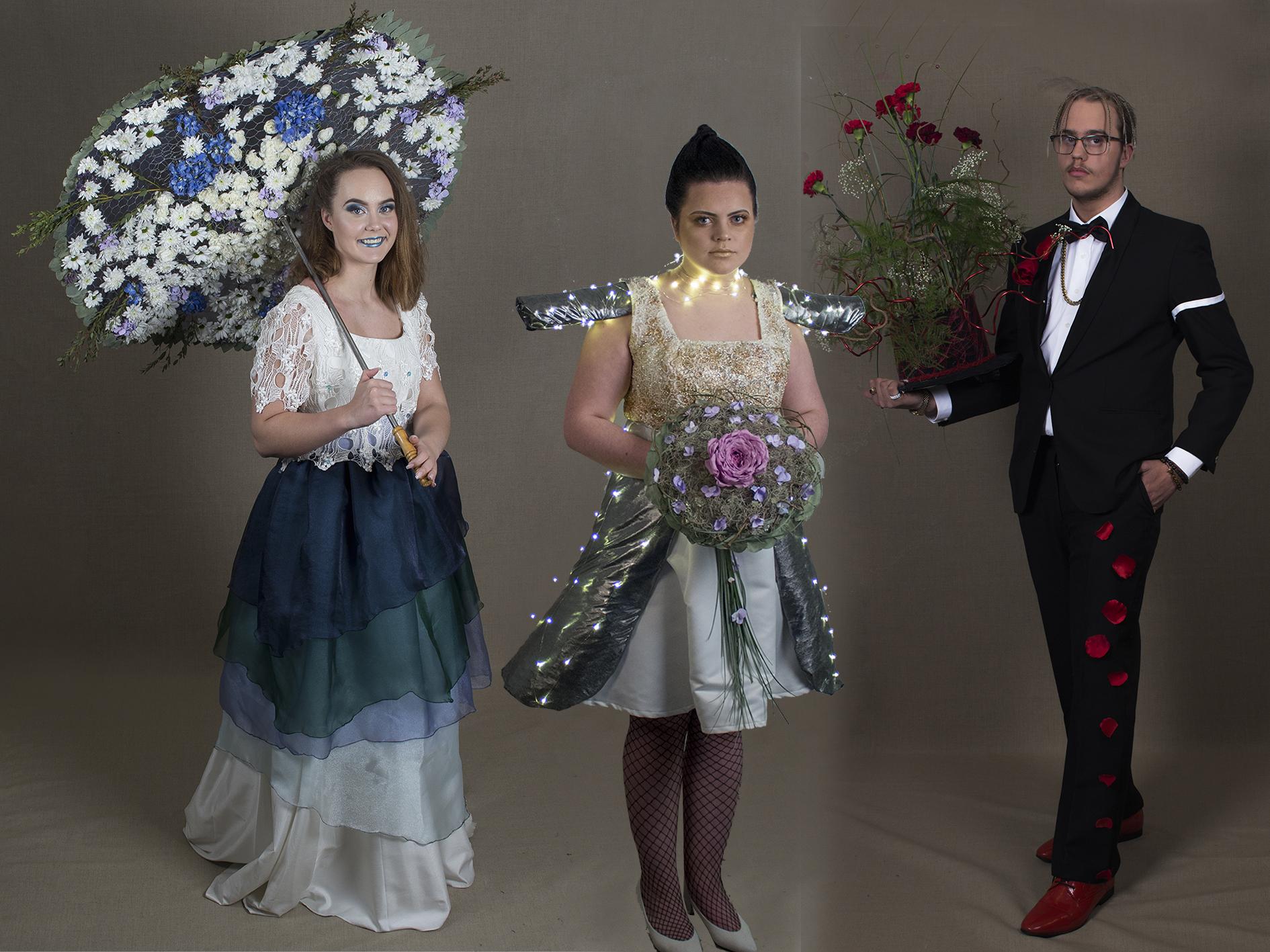 Tre elever i sine egendesignede og egenproduserte bryllupskreasjoner.