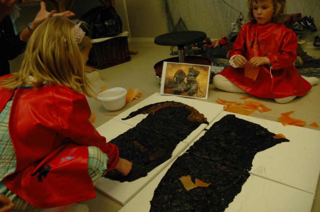 Barn maler på store lerret.