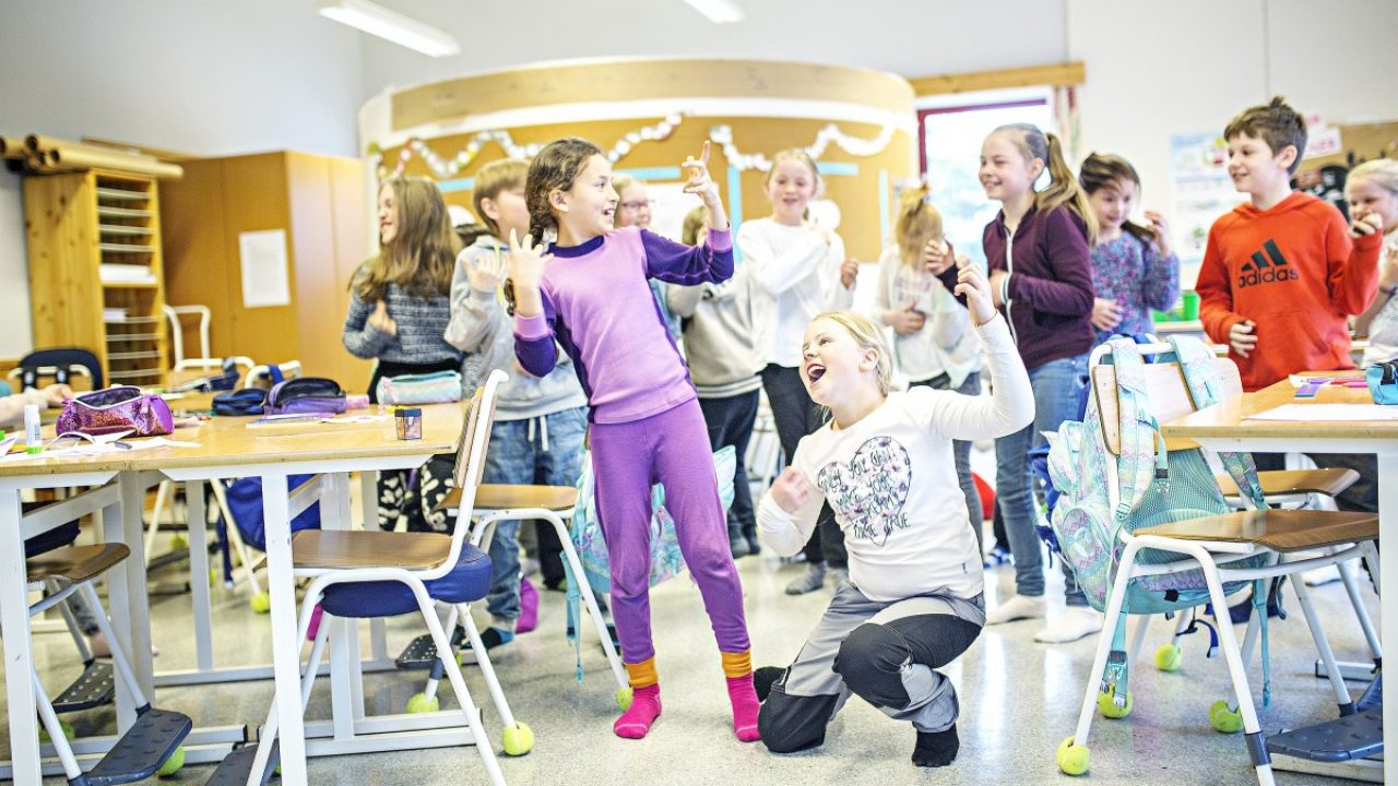 Barn i bevegelse i et klasserom.
