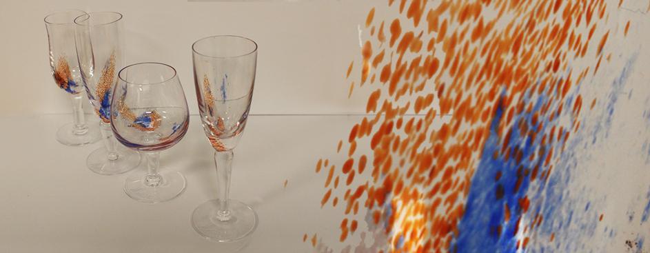 Tre stettglass med dekor, samt detalj av dekor på glass.