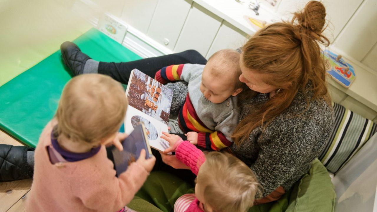 Kvinne leser for barn.