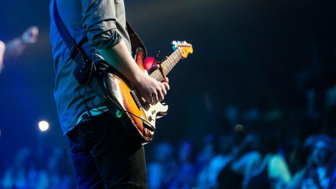 gitarspillende ungdom med publikum