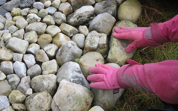 Hender som hviler på steiner