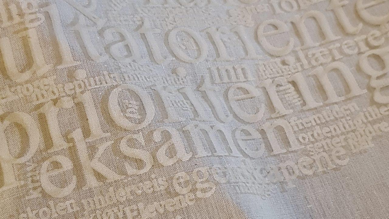 Dekorativ detalj av tekst i silketrykk