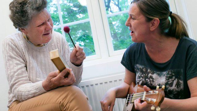 Dissimilis sang og musikk to damer som spiller instrument