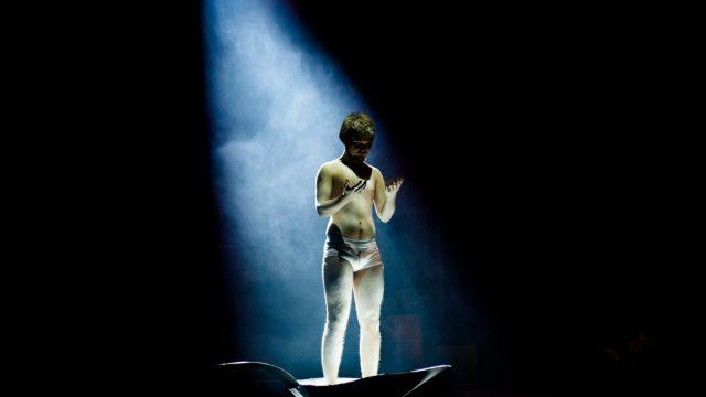 Dissimilis Gutt i en skje på scenen