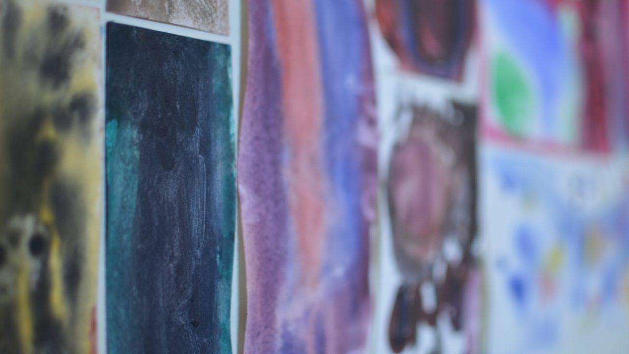 Fargerike akvarellmalerier.
