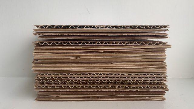 Biter av papp stablet
