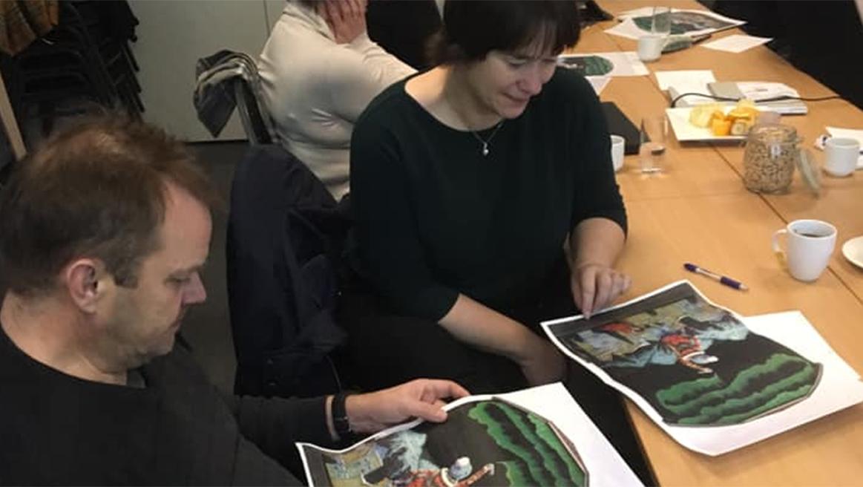 Mann og dame studerer et bilde.