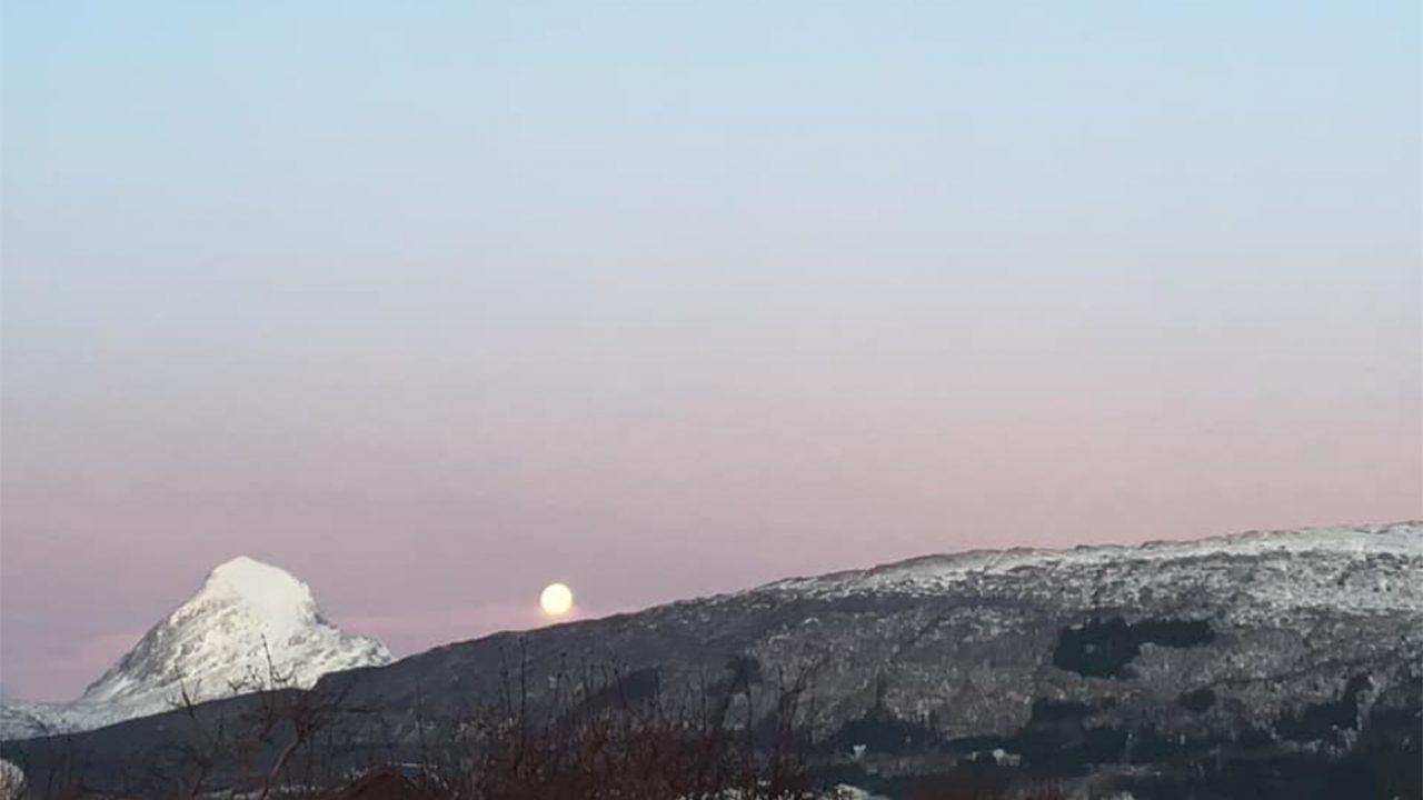 Fullmåne over vinterlandskap