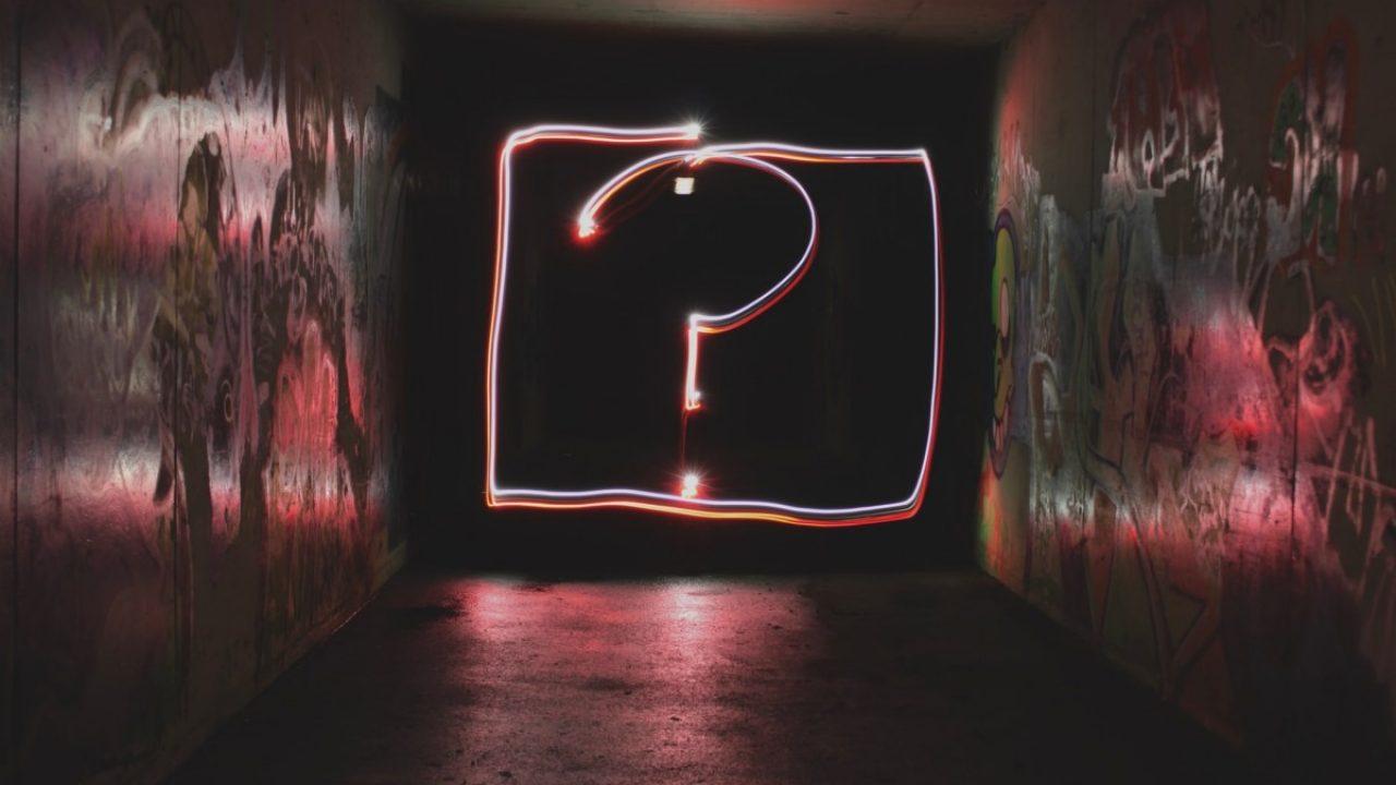 Stort spørsmålstegn på en vegg