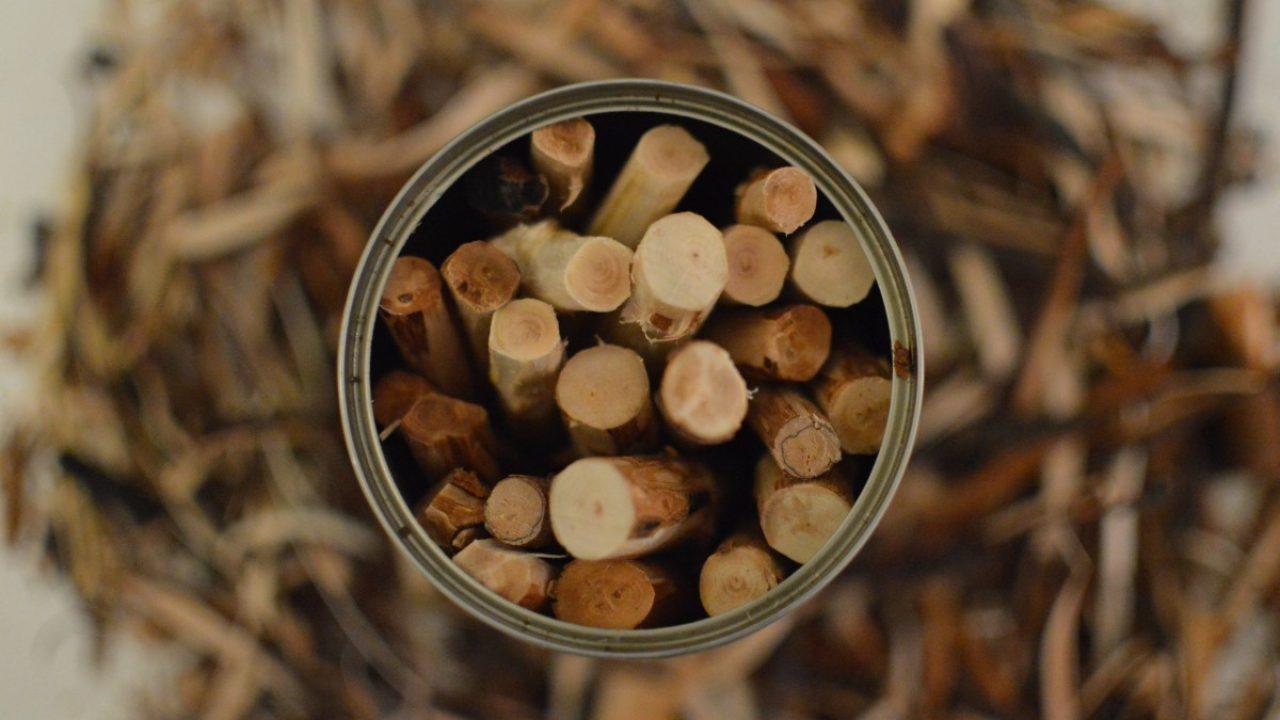 Blikkboks med trepinner.