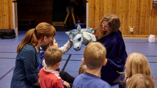 barn og voksne på golvet blå hest