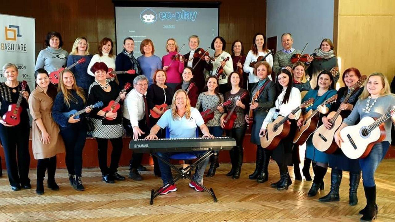 Bilde av en gruppe mennesker som står med instrumenter.
