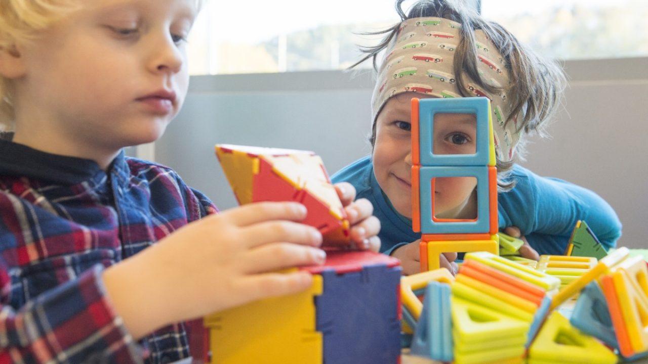 Barn bygger med konstruksjonsleker.