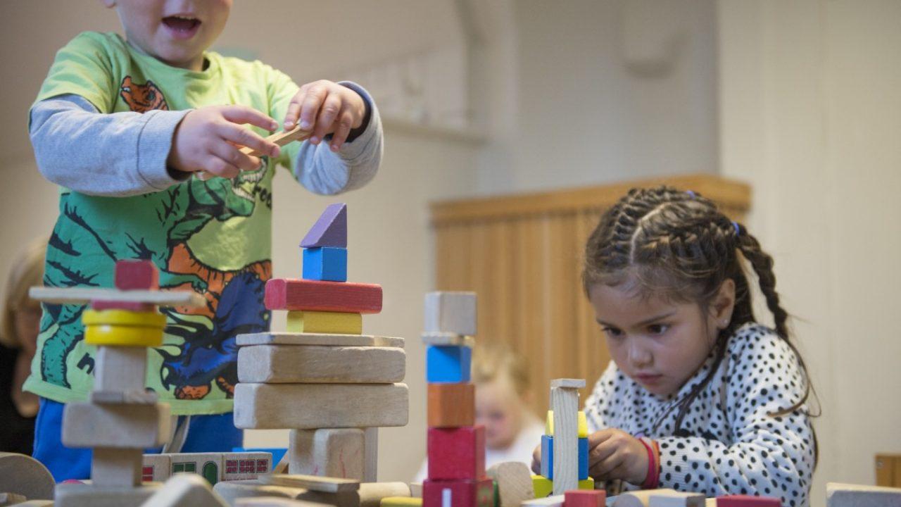 Barn bygger med fargerike klosser.