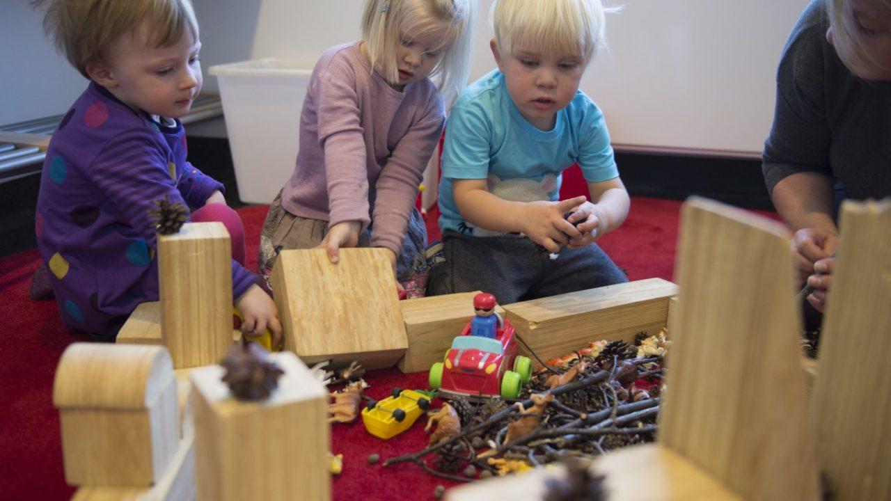 Barn bygger med klosser.