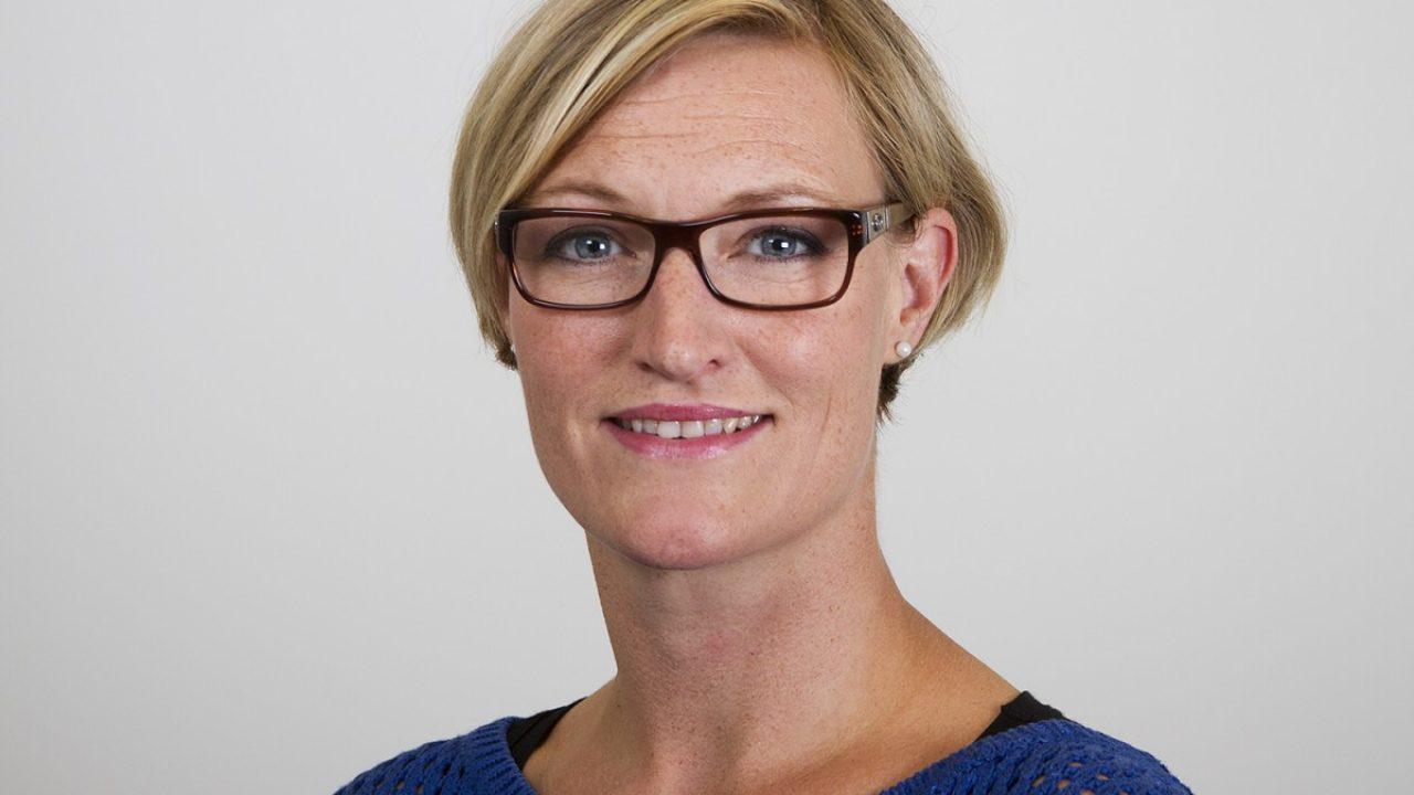 Ann Karin Orset. Dame briller lyst hår blå genser