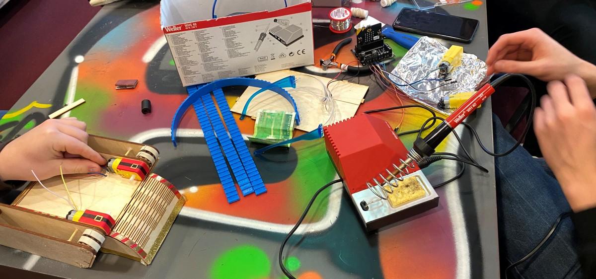 Hender som samarbeider om å koble ledninger.