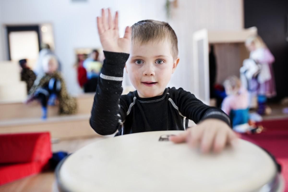 Gutt som spiller tromme, foto.
