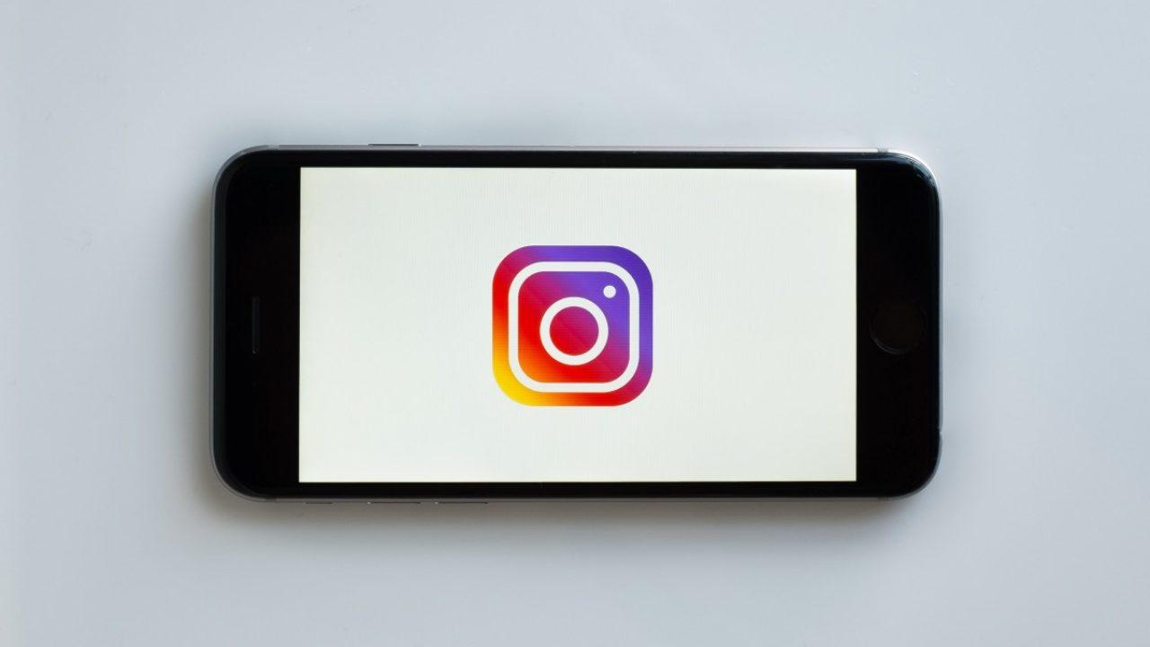 Bilde av en smarttelefon med Instagramlogoet