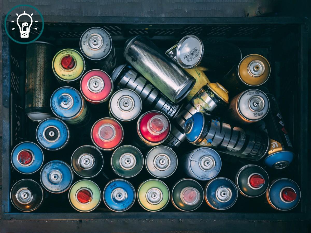 Illustrasjonsbilde av spraybokser i forskjellige farger.