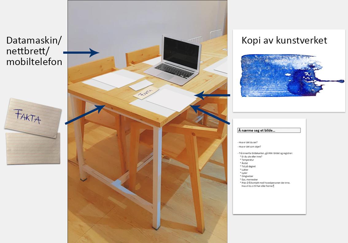 Bord med PC, papirark og tre synlige stoler. Foto.