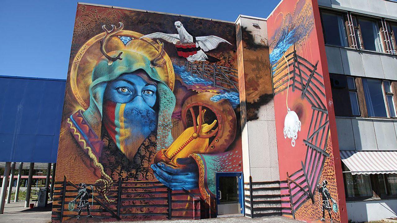 Veggmaleri på murvegg i flere farger.