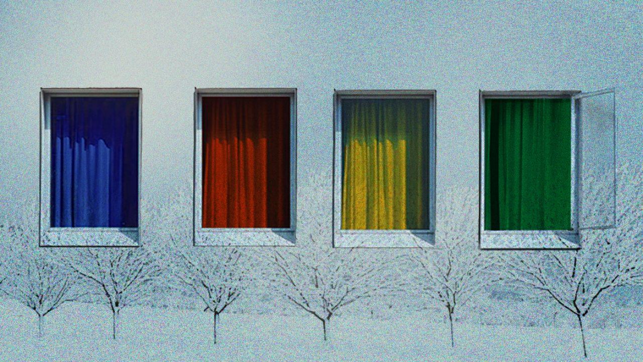 Fire vinduer på en vegg.