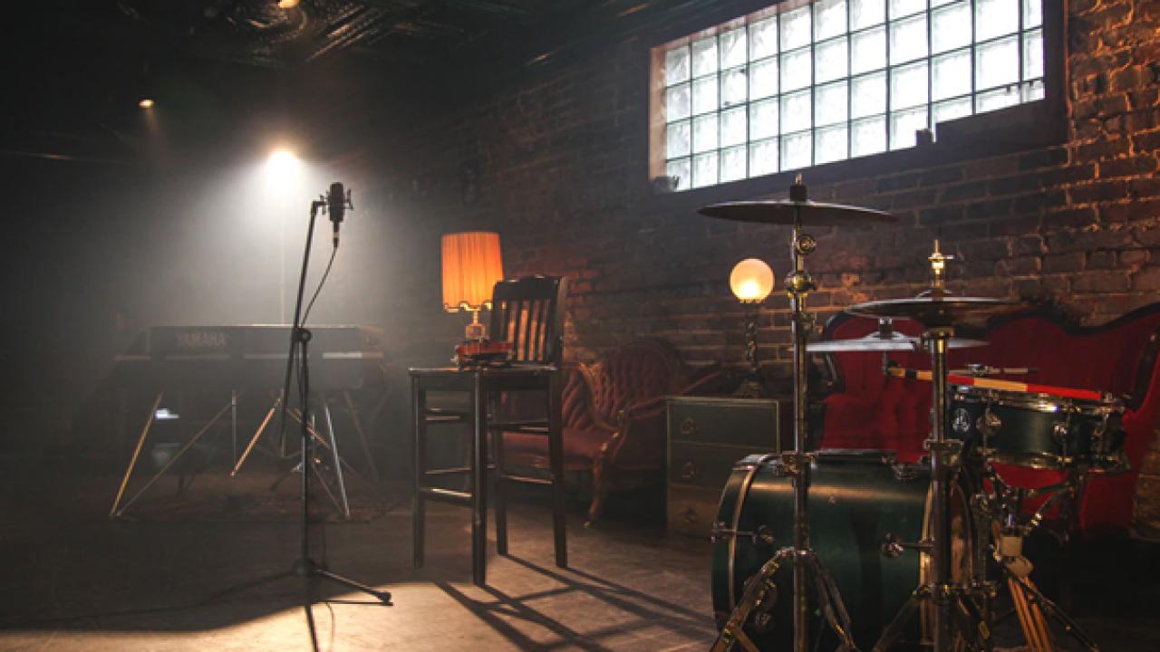 Forskjellige instrumenter i et tomt lokale