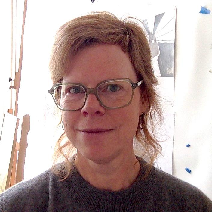 Kvinne med lyst hår og briller.